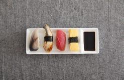 日本寿司-鸡蛋,金枪鱼,鳗鱼,箭鱼 免版税库存照片
