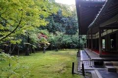 日本庭院十三弦琴在寺庙京都,日本 免版税库存图片