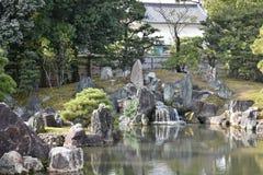 日本庭院和湖 免版税库存图片