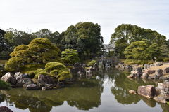 日本庭院和湖 免版税库存照片