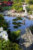 日本庭院池塘灯笼 图库摄影
