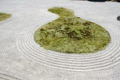 日本庭院禅宗岩石沙子 库存照片