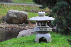 日本庭院雕塑灯笼 图库摄影