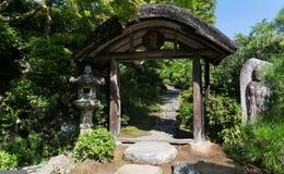 日本庭院风景,入口门 免版税库存图片