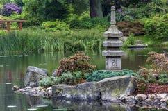日本庭院-石塔和海岛 库存图片