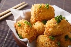 日本开胃菜:土豆korokke关闭在碗 horizonta 库存照片