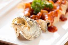 日本式油煎了鲈鱼,供食用糖醋调味汁 免版税库存照片