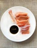 日本料理,海鲜生鱼片:新鲜的甜虾、未加工的被切的三文鱼、金枪鱼和蟹肉与炸酱和绿色辣根 免版税库存照片