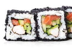 日本方形的黑tobiko滚动用虾、三文鱼和黄瓜 免版税库存照片
