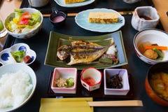日本早餐盘包括煮熟的白米,烤鱼,煎蛋,大酱汤, 免版税库存照片
