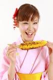 年轻日本有烤c的妇女佩带的和服 免版税库存照片