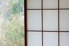 日本木窗架背景纹理与washi纸的 免版税库存照片