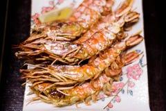 日本格栅大虾用柠檬 库存照片