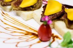 日本格栅食物用芒果果子 库存照片
