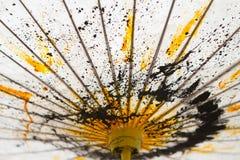 日本桑树纸伞手画与黄色和黑色 免版税库存照片