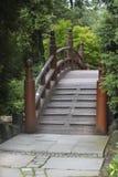 日本桥梁在庭院里 免版税库存图片