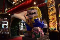 日本横滨唐人街夜视图,逗人喜爱的狮子雕象 库存图片