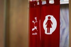 日本洗手间 在妇女的软的焦点签字 免版税库存照片
