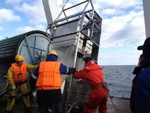 日本海/俄罗斯- 2013年12月01日:科学恢复epibenthic爬犁的远征队 免版税库存照片