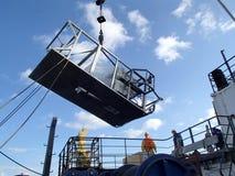 日本海/俄罗斯- 2013年12月01日:Epibenthic爬犁举与船起重机 库存照片