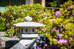 日本灯笼和花在春天在公园 库存图片
