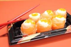 日本烹调寿司设置与三文鱼 库存图片
