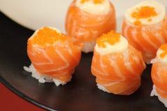 日本烹调寿司设置与三文鱼 免版税库存图片