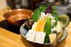 日本烹调,在背景的热的罐 库存照片