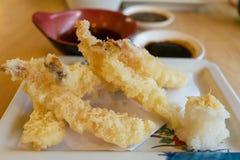 日本烹调,天麸罗shrimpsDeep油煎了虾用调味汁 库存照片
