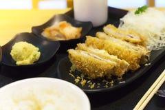 日本烹调,猪肉用乳酪油炸了著名炸肉排日本的食物,乳酪Tonkatsu Tonkatsu服务用米和沙拉 免版税库存照片