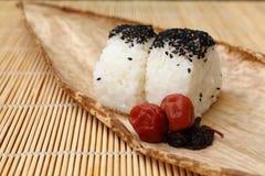 日本烹调,米饭团Onigiri用盐味的李子 免版税库存照片