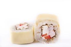 日本烹调,被设置的寿司:滚动用虾,乳脂干酪,熔化乳酪,在白色背景的辣椒粉 库存照片