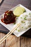 日本烹调:hambagu牛排用米细面条和石灰分类 免版税图库摄影