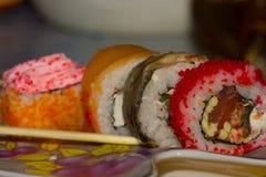 日本烹调-与鱼、奶油奶酪和菜的寿司卷 库存图片