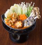 日本烹调 在背景的热的罐 库存照片
