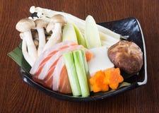 日本烹调 在背景的热的罐 图库摄影