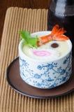 日本烹调 在背景的蒸的鸡蛋 图库摄影