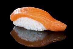 日本烹调 开胃三文鱼和米在黑暗 免版税库存照片