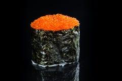 日本烹调 开胃在黑暗的Tobiko用米和tobiko 免版税图库摄影