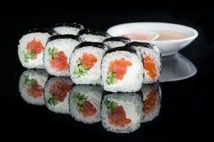 日本烹调 开胃maki寿司卷用米,三文鱼, 免版税库存照片