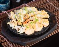日本烹调 热板在背景的海鲜 库存照片