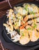 日本烹调 热板在背景的海鲜 免版税图库摄影