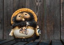 日本狸雕象白川町去 库存图片