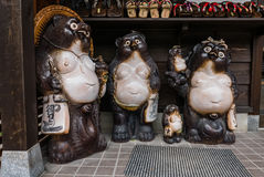 日本狸雕象白川町去 图库摄影