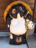 日本狸雕象白川町去 免版税图库摄影