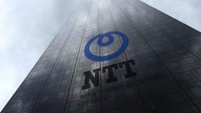 日本电信电话公司在摩天大楼门面反射的云彩的NTT商标 社论3D翻译 免版税库存照片