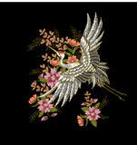 日本白色起重机和花 刺绣传染媒介 免版税库存照片
