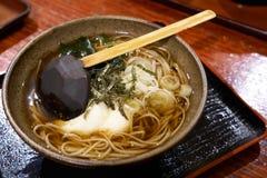 日本的拉面全国食物类似于大家知道的面条 由扑粉做的线混合物的海草 免版税库存照片