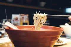 日本的拉面全国食物类似于大家知道的面条 由扑粉做的线混合物的海草 免版税库存图片