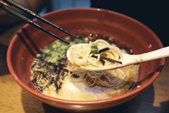 日本的拉面全国食物类似于大家知道的面条 由扑粉做的线混合物的海草 库存图片